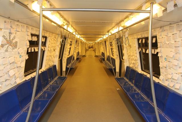 metroul tapetat cu poezie