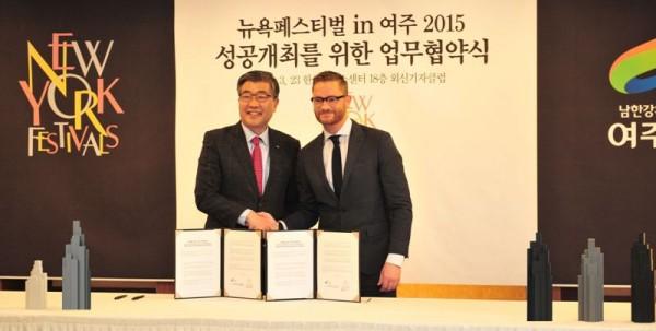 hi res 2015 Signing ceremony (2)