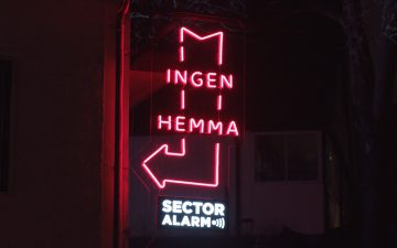 #NoWorries: Åkestam Holst and Sector Alarm turn empty homes in Christmas billboards for burglars